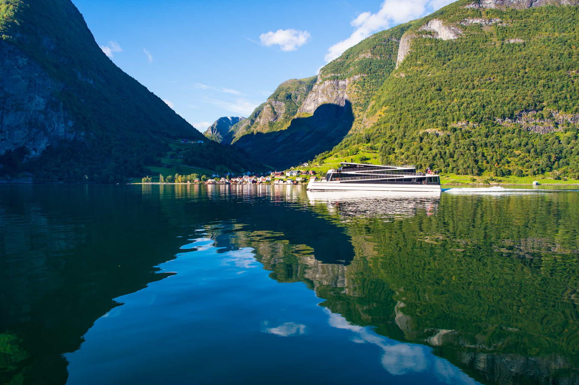 Elektrisk båt passerer Undredal i Aurlandsfjorden