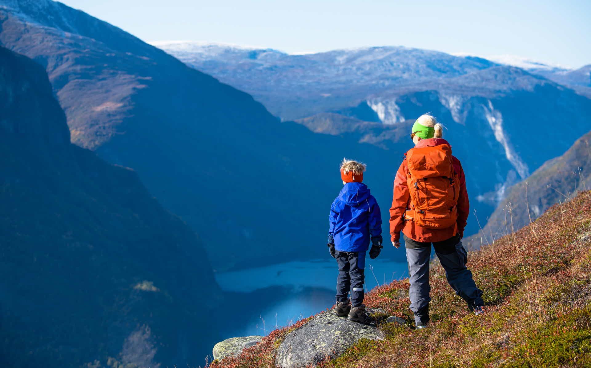 Gutt og kvinne ser ned på Aurlandsfjorden fra sti mot Prest