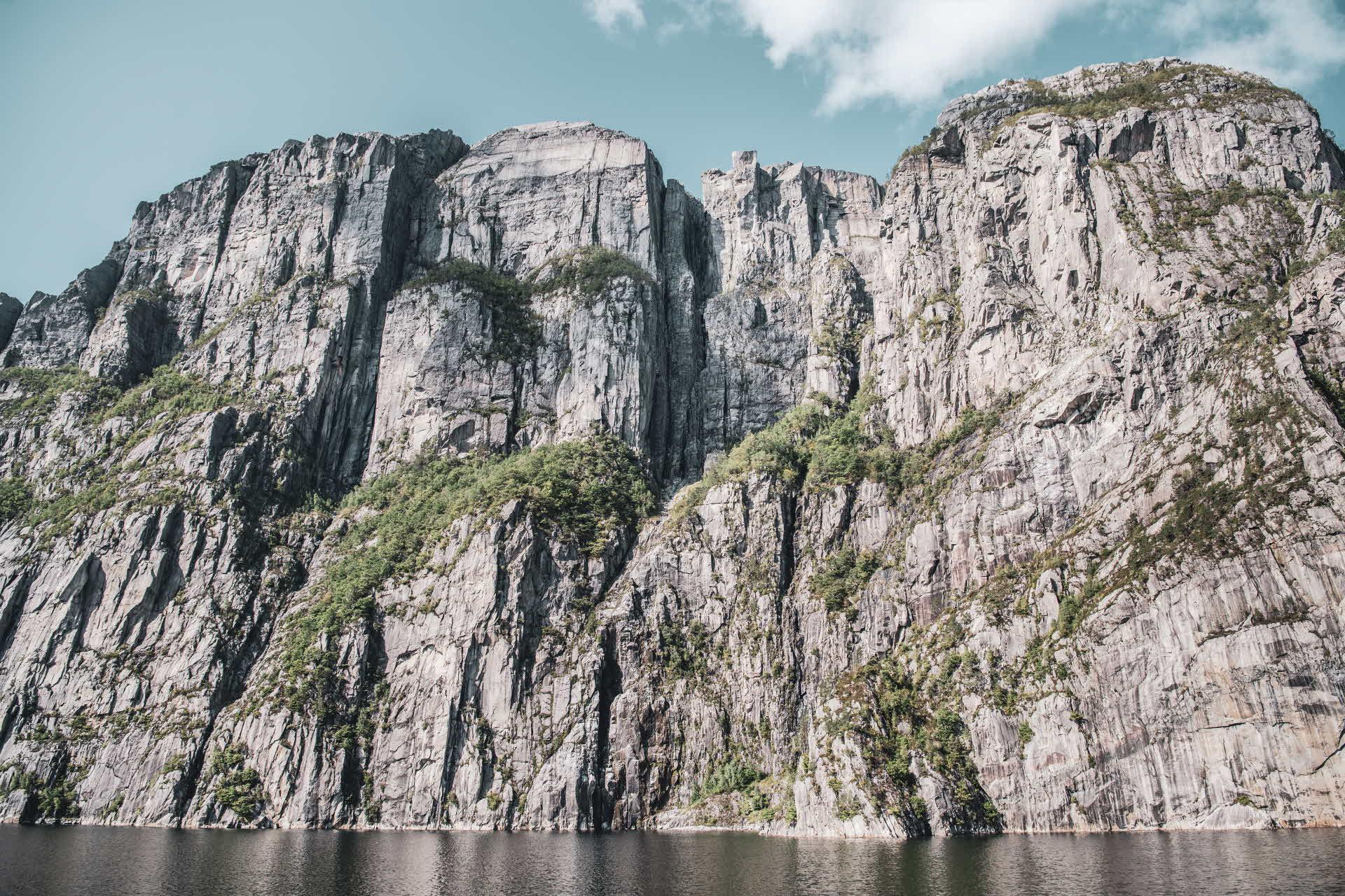 Preikestolen sett fra Fjord Cruise Lysefjord 604 meter under, tett inntil den loddrette fjellveggen
