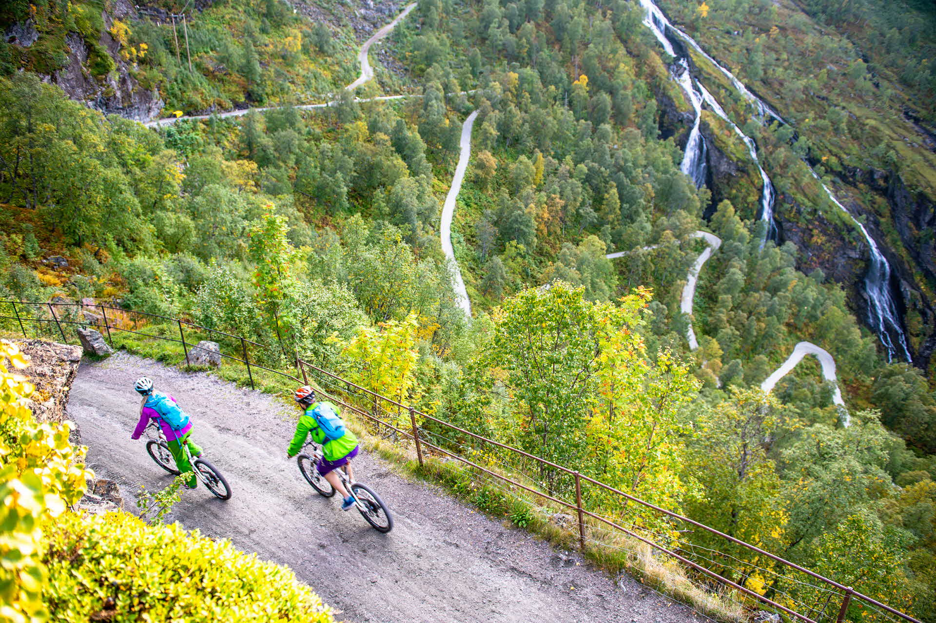 Two cyclists on their way down from Vatnahalsen towards Flåm