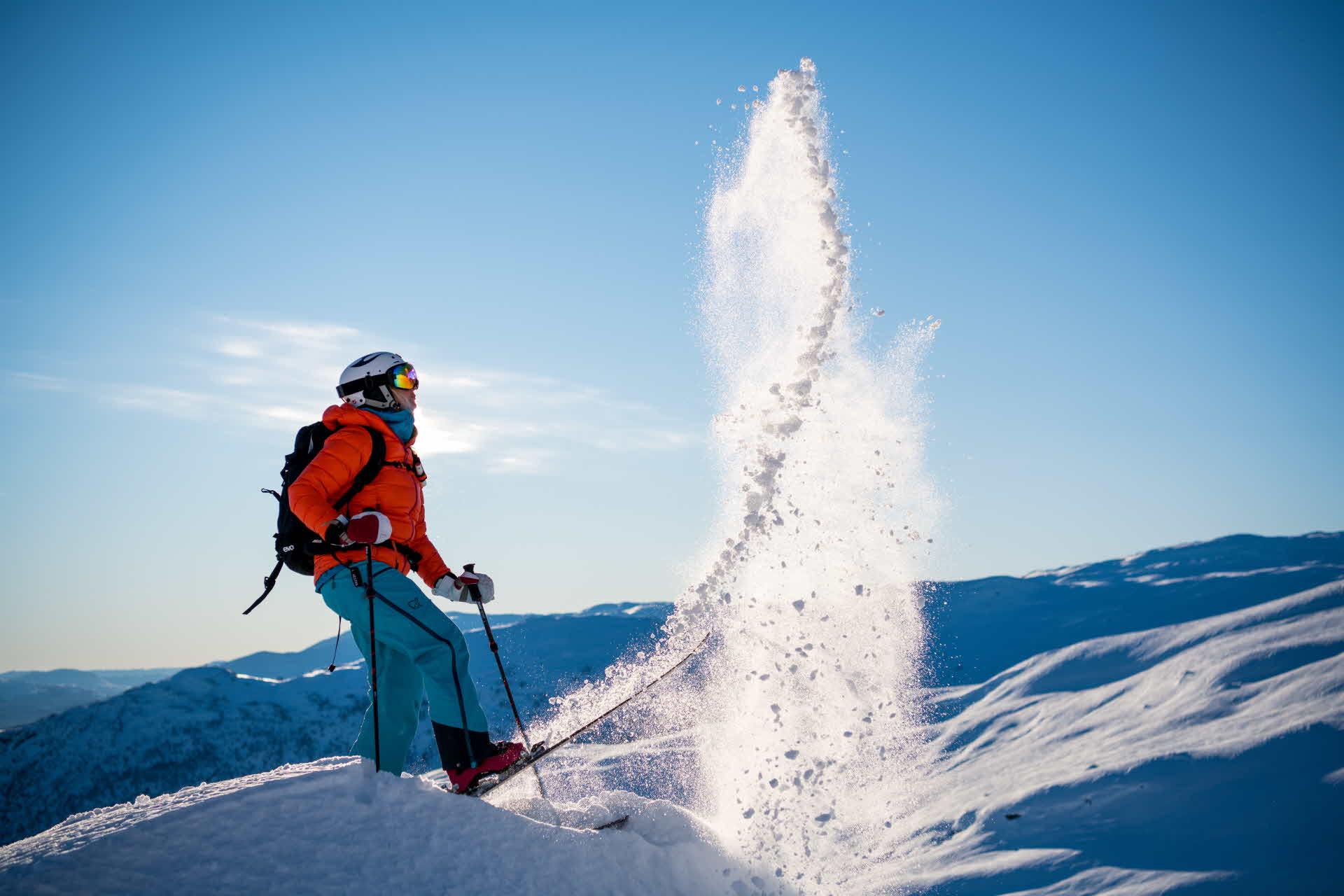 En person vipper opp lett nysnø en fin dag i Myrkdalen