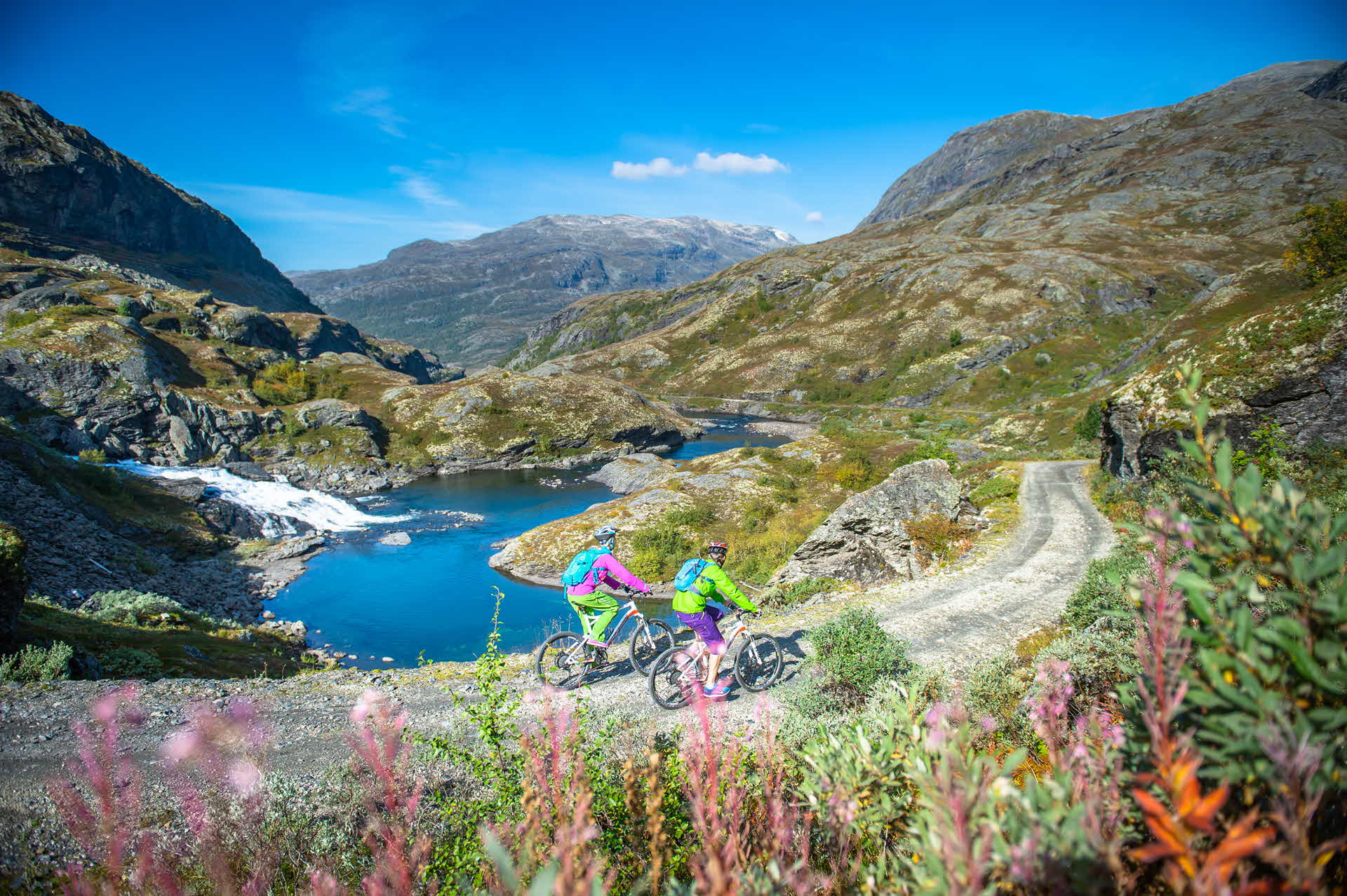 Two cyclists on Rallarvegen between Finse and Myrdal