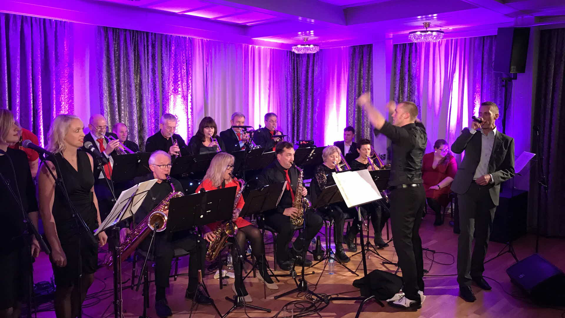 A big band playing at Fretheim Hotel