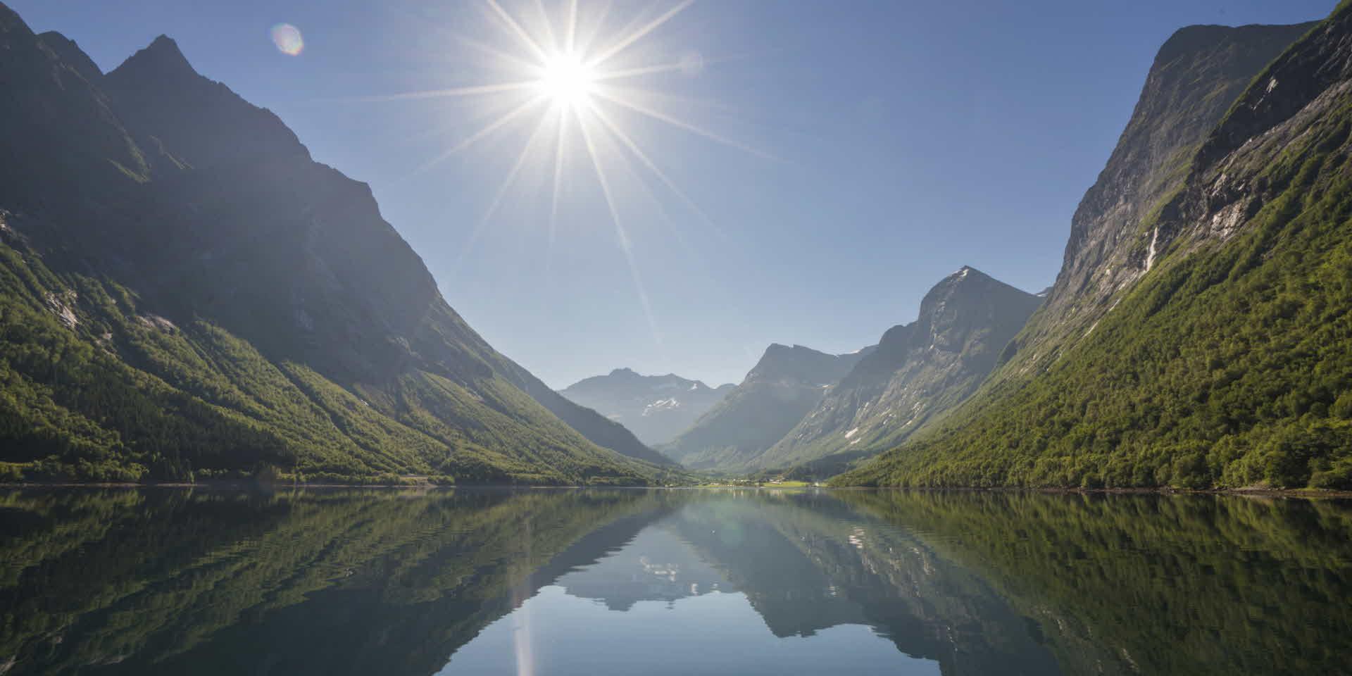 日の光がまぶしい夏の日、なだらかなヨルンフィヨルド (Hjorndfjord)を航海するときの息をのむような静けさ
