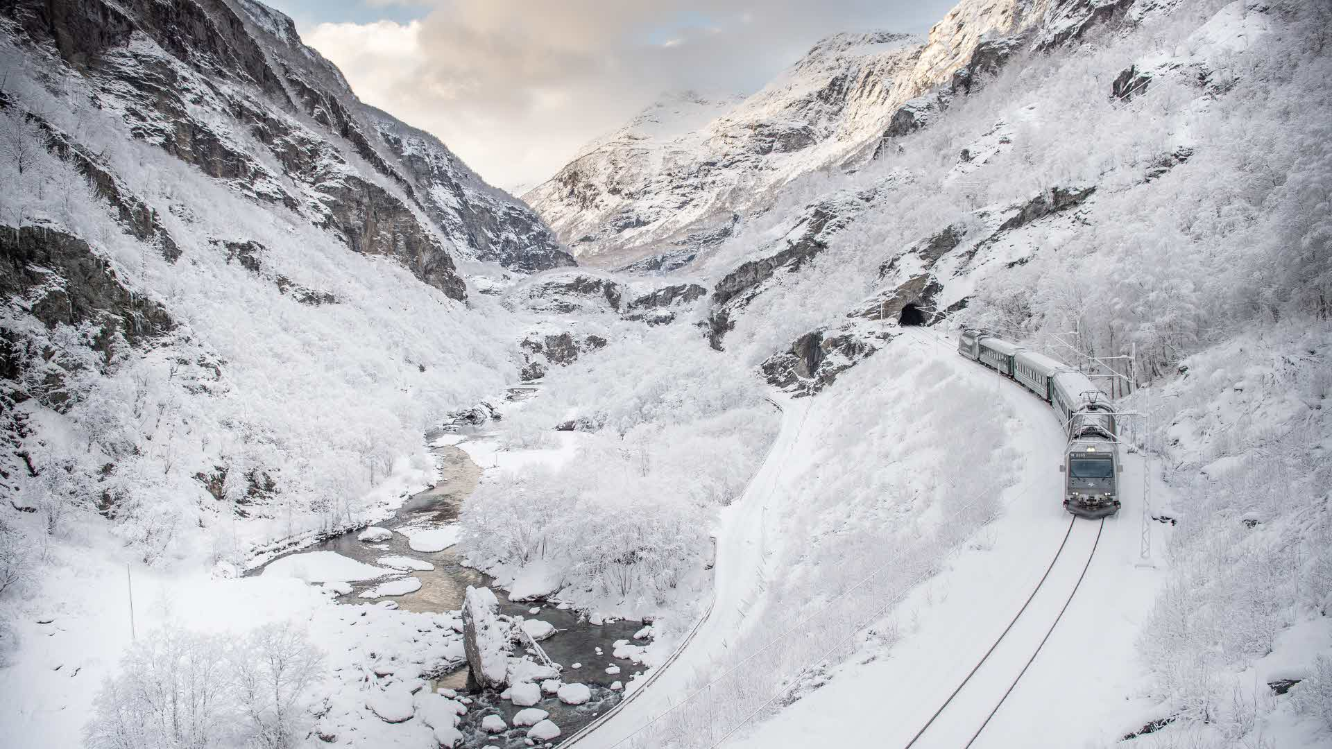 Flåmsbana på veg nedover en snørik vinterdag