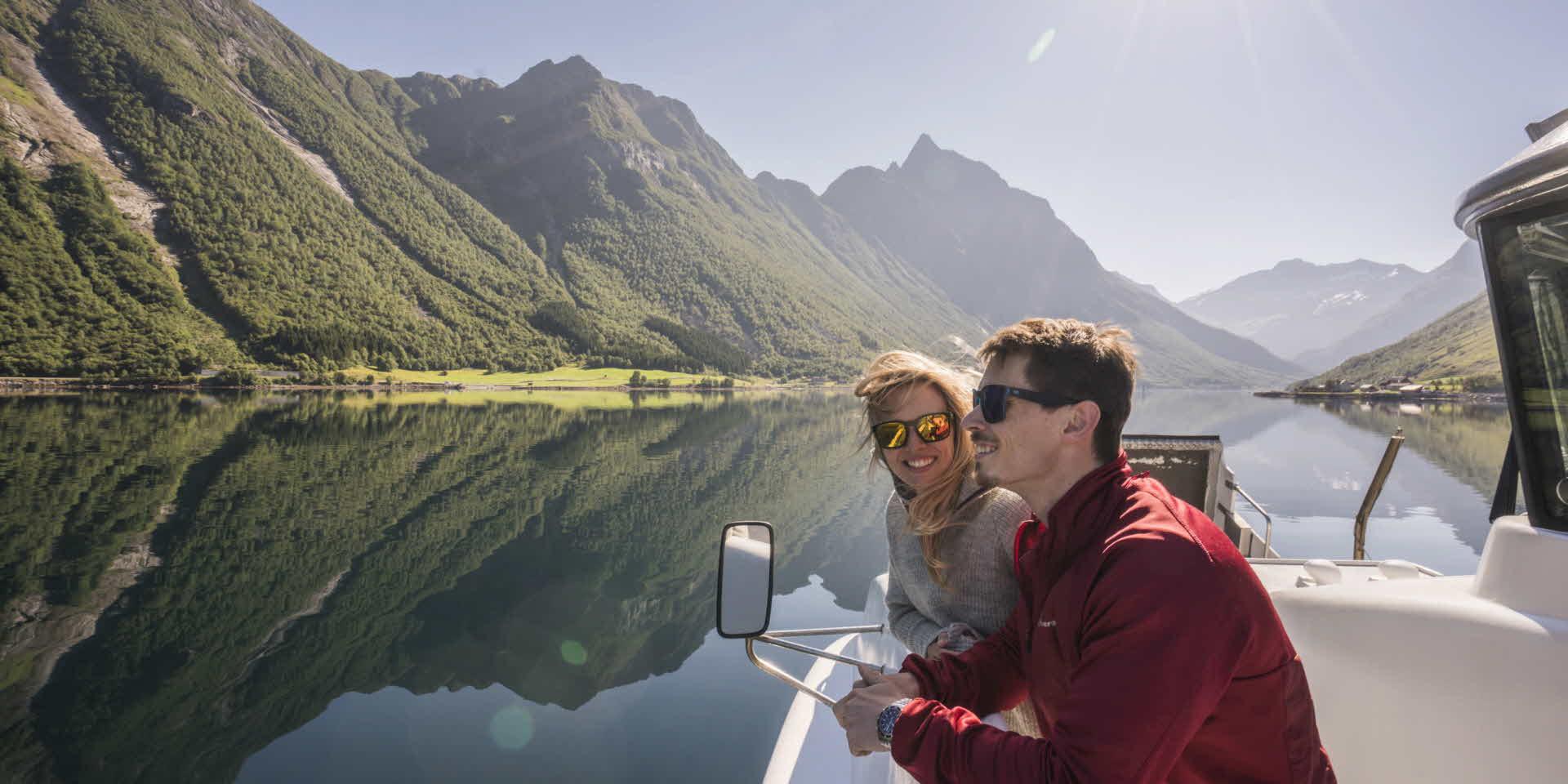 美しいヨルンフィヨルド(Hjørundfjord)でフィヨルドバイキング(Fjord Viking)船上にいる若いカップル