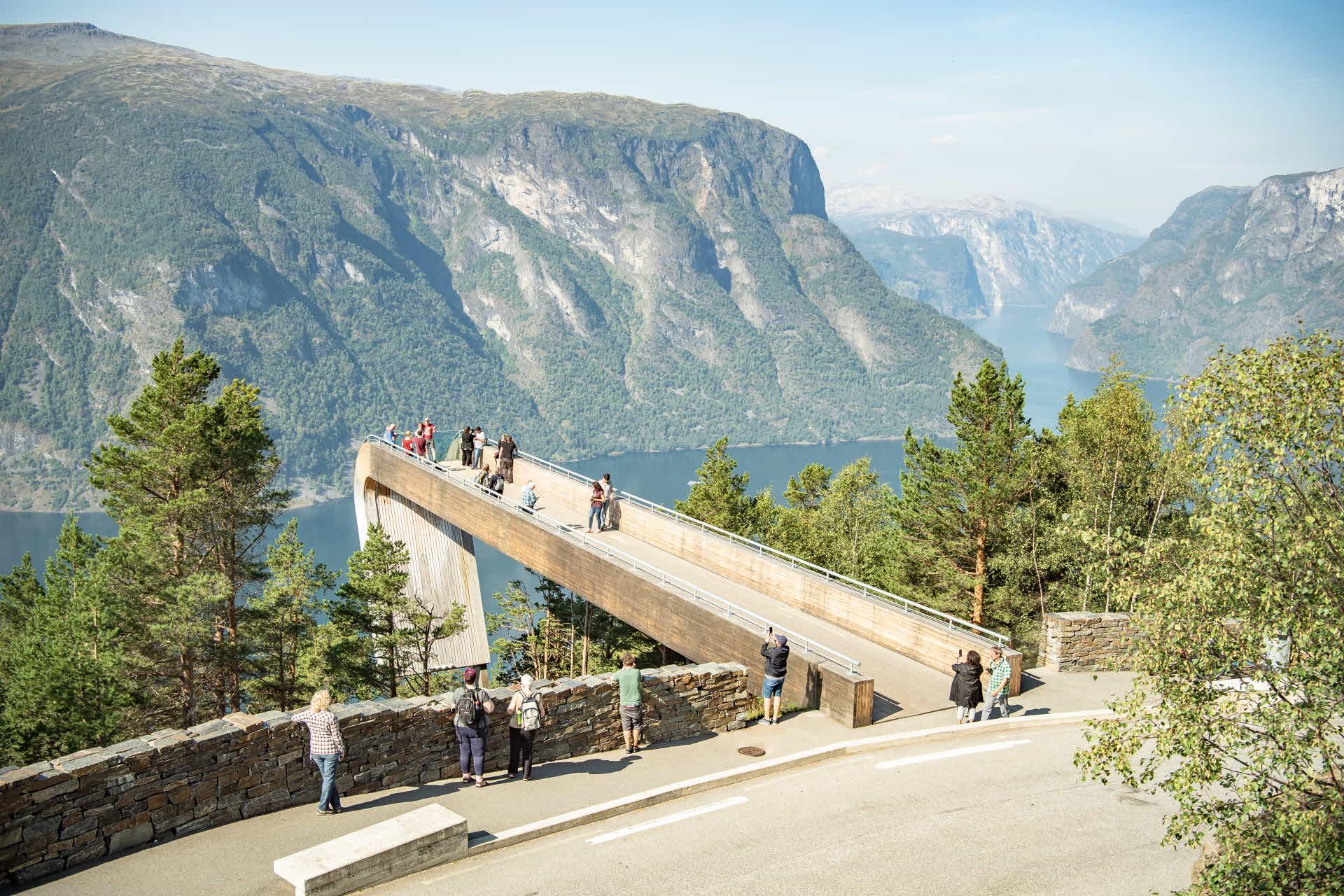 Folk ser på utsikta over Aurlandsfjorden frå Stegastein utsiktspunkt